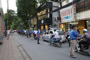 Sinh viên trực tiếp điều hướng giao thông, lợi đủ đường