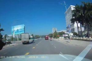 Qua đường thiếu quan sát, người phụ nữ suýt mất mạng trước mũi xe tải