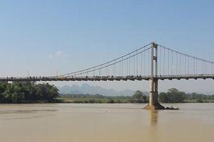 Nữ sinh lớp 10 bỏ lại cặp sách trên cầu rồi gieo mình xuống sông tự vẫn