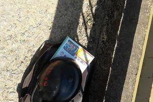Một nữ sinh lớp 10 bỏ lại cặp sách nhảy cầu tự tử