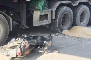 Tông vào đuôi ô tô ngã ra đường, nam giáo viên tiếng Anh người Nam Phi bị container cán tử vong