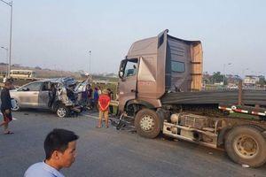 Cư dân mạng đề nghị trả công bằng cho tài xế container đâm Innova