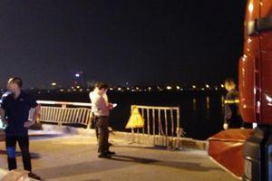 Ô tô húc gãy lan can trên cầu Chương Dương rồi lao xuống sông