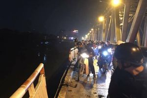 Hà Nội: Xe con mất lái, đâm đổ thành cầu Chương Dương, lao xuống sông Hồng
