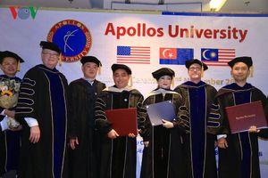 Vợ chồng ông Huỳnh Uy Dũng được trao bằng tiến sĩ danh dự