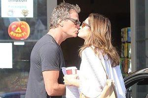 Vợ chồng siêu mẫu Cindy Crawford tình tứ 'khóa môi' giữa phố