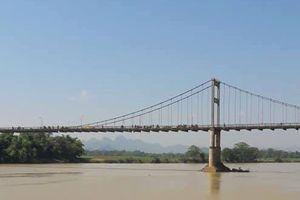 Nghệ An: Tìm thấy thi thể nữ sinh lớp 10 bỏ sách vở trên cầu rồi gieo mình xuống sông Lam