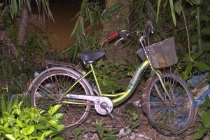 Đã tìm thấy thi thể bé gái bị xe máy tông ngã xuống sông khi đang dắt bộ xe đạp qua cầu