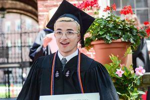 Nam sinh viên gây sốt MXH vì sở hữu combo đáng ghen tỵ: Đẹp trai, tốt nghiệp Harvard, bố là giáo sư