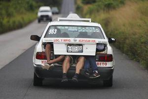 Mệt mỏi và giận dữ, đoàn người di cư Trung Mỹ 'tan vỡ' thành nhiều mảnh