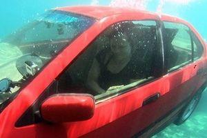 Cách thoát chết trong gang tấc khi ô tô lao xuống nước