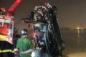 Thông tin mới nhất vụ ô tô Mercedes lao từ cầu Chương Dương xuống sông Hồng