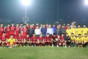 Thăm đội tuyển bóng đá quốc gia, Bộ trưởng Nguyễn Ngọc Thiện: Nói ít, hành động nhiều, mong toàn đội hãy thi đấu tốt