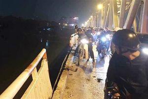 Xe Mercedes lao xuống sông Hồng, 2 người chết: Còn người nữa?