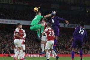 Arsenal chia điểm với Liverpool trong trận cầu rực lửa