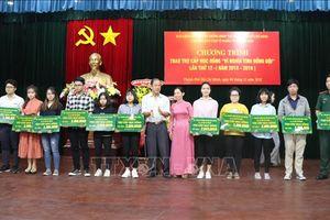Trao quà, học bổng cho học sinh, sinh viên là con em cựu chiến binh, bộ đội Biên phòng