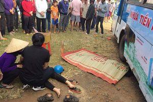 Hai vợ chồng bị xe buýt cán tử vong khi qua đường