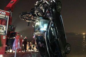 Trục vớt Mercedes đâm gãy thành cầu Chương Dương, hai người trong xe tử vong
