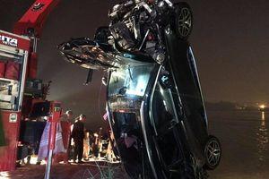 Mấy người ngồi trên chiếc xe Mercedes gặp nạn lao xuống sông Hồng?