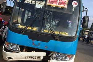 Xe máy va chạm với xe buýt khiến hai người tử vong