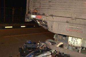 Clip hiện trường hai thanh niên đi xe máy tử vong tại chỗ sau khi tông vào đuôi xe tải