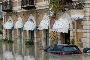 Italy: Mưa bão hoành hành gây thiệt hại lớn về người và vật chất