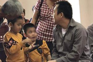 Giây phút đoàn tụ ngắn ngủi của hai đứa trẻ gặp bố trong phiên tòa vụ container đâm Innova lùi ở Thái Nguyên sau 2 năm xa cách
