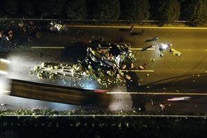 Đại lộ Thăng Long - Hà Nội ùn tắc trong đêm vì xe tải chở rau gặp nạn