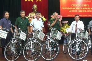 Phó Thủ tướng Thường trực tặng 30 xe đạp cho học sinh, sinh viên nghèo