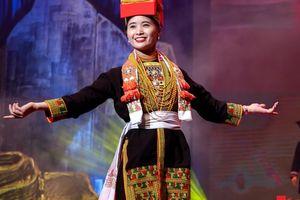 Chiêm ngưỡng màn trình diễn của các cô gái dân tộc vùng Đông Bắc trong trang phục truyền thống