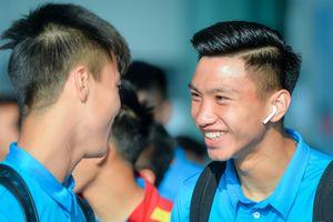Các tuyển thủ Việt Nam vui vẻ lên đường dự AFF Cup