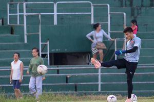Tuyển Việt Nam sử dụng chung sân với người dân đi tập thể dục