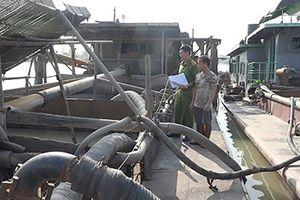 Công an Hải Dương bắt giữ 2 tàu 'cát tặc' trên sông Phả Lại