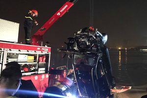 Cô gái 21 tuổi là người lái xe Mercedes lao xuống sông Hồng