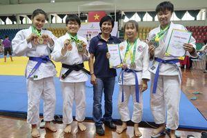Cựu tuyển thủ judo Cao Ngọc Phương Trinh nhận giải thưởng Võ Trường Toản
