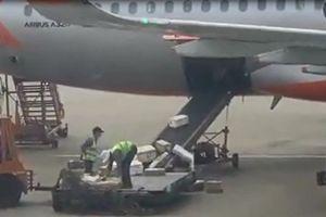 Ném hành lý của khách, 2 nhân viên sân bay bị sa thải