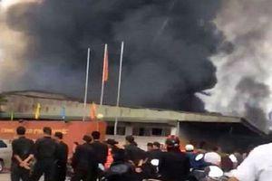 Cháy lớn khu xưởng công ty dược, cột khói bốc cao hàng chục mét