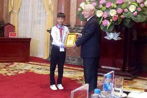 Cậu học sinh nghèo được Chủ tịch nước vinh danh và tặng ảnh Bác Hồ