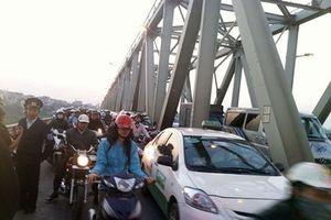 Vì sao Hà Nội cho phép ô tô đi chung làn xe máy trên cầu Chương Dương?