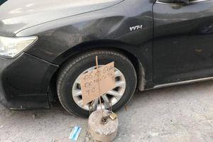Đỗ xe bừa bãi, tài xế xe Camry bất ngờ nhận quà 'độc'