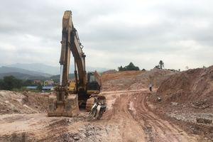Quảng Ninh: Khai thác đất trái phép ngay trong lòng thị trấn Trới