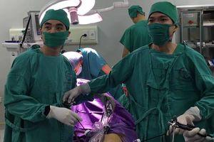 Lấy ra khoảng hơn 1 lít máu trong ổ bụng của bệnh nhân bị chửa ngoài tử cung