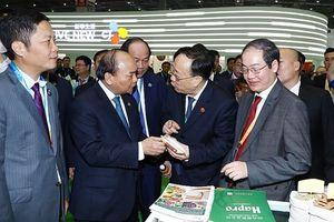 Thủ tướng Nguyễn Xuân Phúc thăm gian hàng Hapro tại Hội chợ CIIE 2018