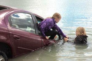 Bí kíp thoát hiểm khi ô tô bị chìm dưới nước