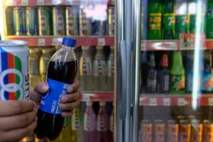 Malaysia cân nhắc đánh thuế nước ngọt
