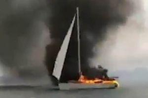 Clip: Bị sét đánh trúng, du thuyền nứt toác, cháy ngùn ngụt trên biển