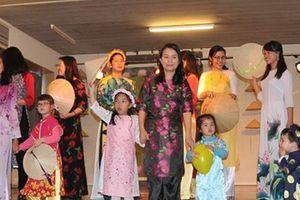 'Thắm đượm' tà áo dài Việt trong Ngày hội gia đình Việt Nam tại Bỉ