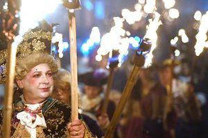 Những khoảnh khắc ấn tượng trong lễ hội lửa Bonfire Night tại Anh