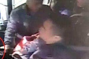 Bị lỡ bến, hành khách Trung Quốc giật vô lăng của tài xế xe buýt