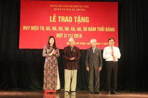 Trao Huy hiệu Đảng cho các đảng viên lão thành quận Hai Bà Trưng